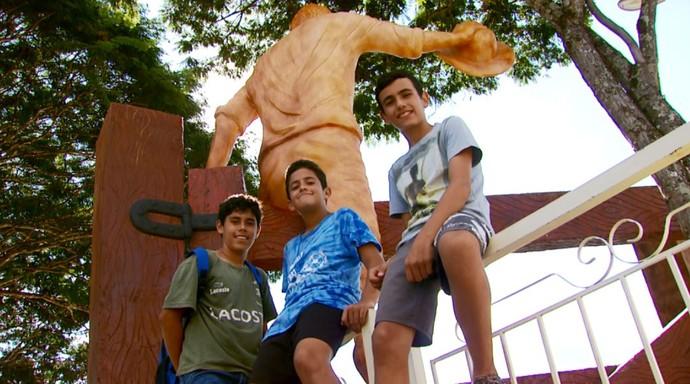 A música 'O Menino Da Porteira' está na boca da população da cidade de Ouro Fino (MG), até mesmo da criançada (Foto: reprodução EPTV)