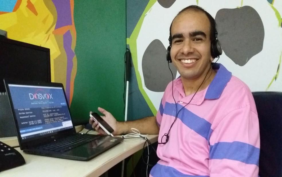 O jornalista Renato D'Ávila, que tem deficiência visual, integra a equipe do Globo Esporte da TV Sergipe, afiliada da Rede Globo em Aracaju (SE). (Foto: Anderson Barbosa/G1)