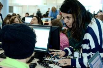 A professora Marcela Santos ensina programação a um estudante (Foto: Giordano Tronco) (Foto: A professora Marcela Santos ensina programação a um estudante (Foto: Giordano Tronco))