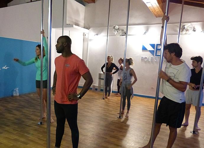 Elenco do 'Desafiados' na aula de pole dance (Foto: Giuline Bastos / Gshow)