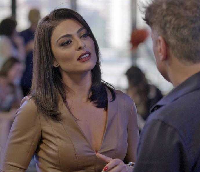 Carolina coloca Arthur contra a parede (Foto: TV Globo)