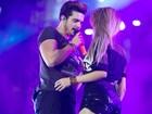 Em show romântico, Luan Santana leva fãs ao palco da Arena de Barretos