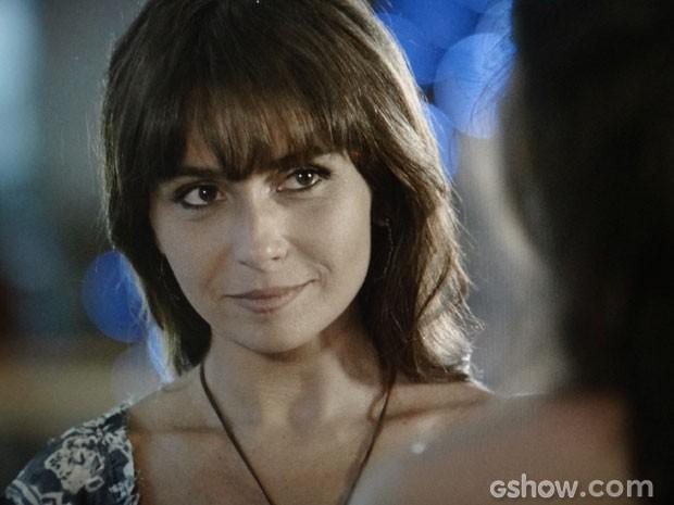 Clara não sabe se aceita ou não (Foto: Em Família/ TV Globo)