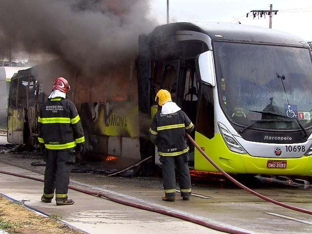 Bombeiros combatem incêndio em ônibus na Avenida Antônio Carlos, em BH. (Foto: Reprodução/TV Globo)