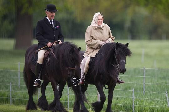 Elizabeth Prestes a completar 90 anos, cavalgando (Foto: Reprodução)