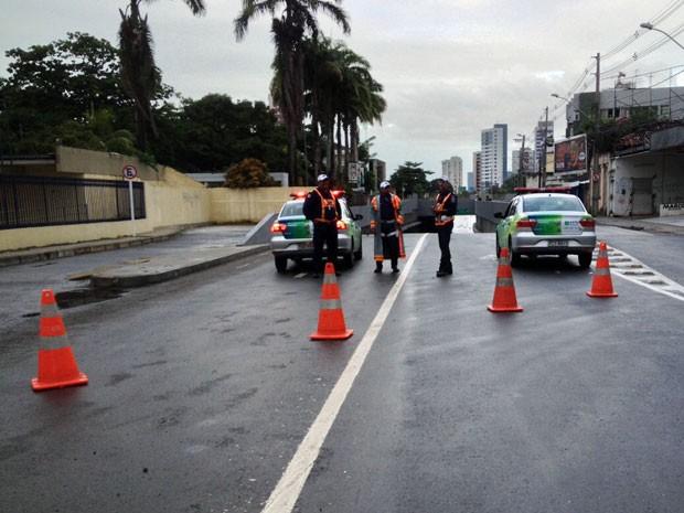 Túnel foi interditado pela CTTU por causa do alagamento. Bloqueios eram feitos tanto no acesso ao equipamento, quando na Rua José Osório, na Madalena (Foto: Kety Marinho / TV Globo)