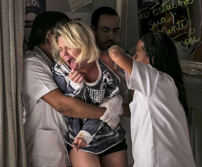 Gibson dá carta branca para levarem a neta à clínica psiquiátrica (Foto: Inácio Moraes/Gshow)