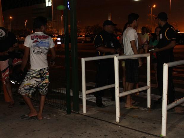 Jovens são abordados logo na entrada do shopping e seguranças exigem documentos (Foto: Patrícia Andrade/G1)