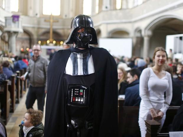 Fiéis participam de culto temático de 'Star Wars' neste domingo (20) em Berlim (Foto: Hannibal Hanschke/Reuters)