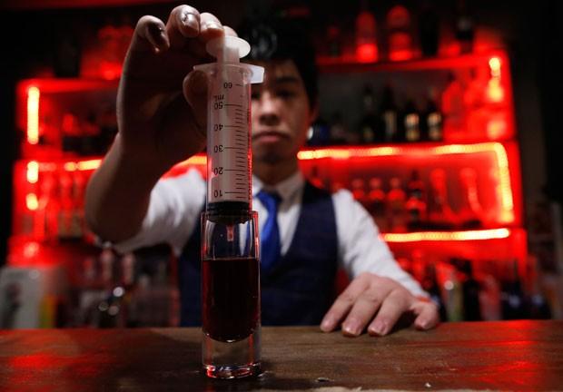 Frinques são preparados com seringas e falsas bolsas de sangue (Foto: Kim Kyung-Hoon/Reuters)