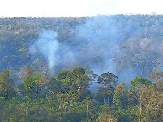 Brigadistas tentam controlar fogo que chegou perto das moradias dos índios (Foto: Reprodução/ TVCA)
