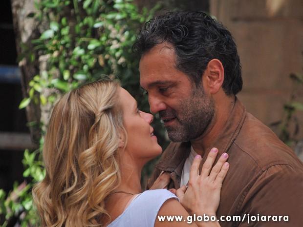 Iolanda e Mundo se amam, mas ele teme se casar com a bela (Foto: Joia Rara/TV Globo)
