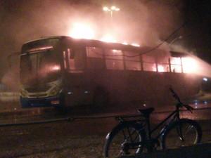 Coletivo não tinha passageiros no momento do incêndio (Foto: Divulgação/4º BPM)