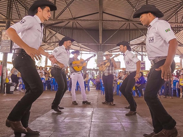 A dança Catira foi uma das atrações da Queima do Alho, neste sábado (23), no Ribeirão Rode Music (Foto: Gustavo H/Divulgação)