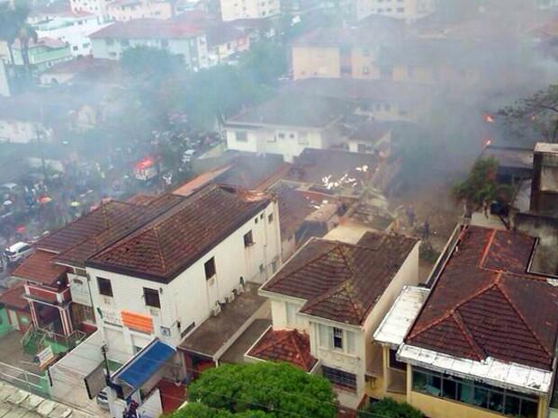 Helicóptero caiu ao lado de academia em Santos, SP (Foto: G1)