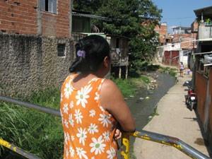 """Moradora afirma, no Parque Santo Antônio, """"só Deus"""" pode proporcionar segurança (Foto: Márcio Pinho/G1)"""