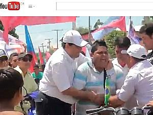 Vídeo mostra Braga e comitiva tentando tirar equipamento de homem (Foto: Reprodução/Youtbe)