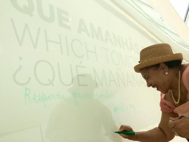 Cecília Silva deixou um recado no mural do Museu do Amanhã (Foto: Lívia Torres/G1)