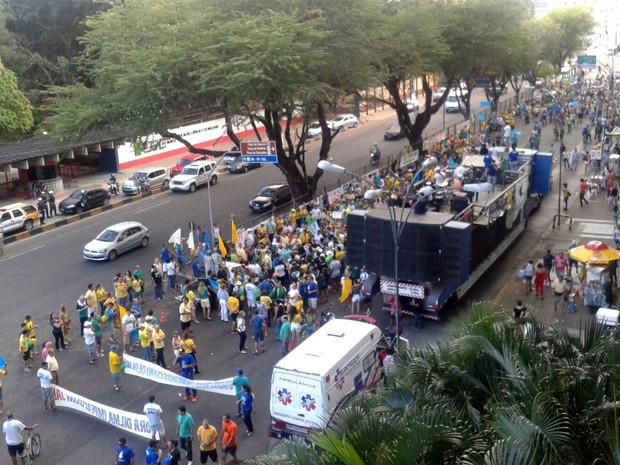 Segundo a PM, às 17h, 2.400 pessoas participavam no protesto em Natal (Foto: Elizama Cardoso/Inter TV Cabugi)