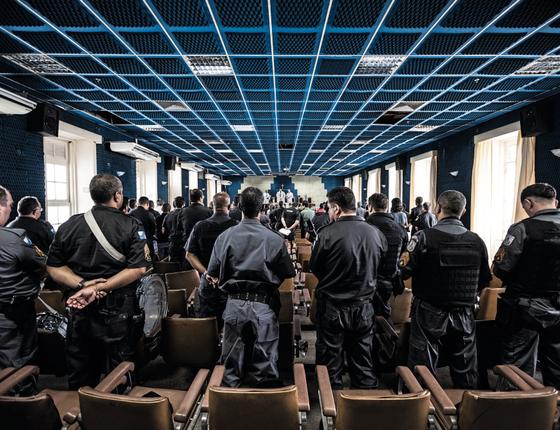 Colegas na missa em homenagem ao coronel.Maioria dos PMs é morta quando está de folga (Foto:  Stefano Martini/ÉPOCA)