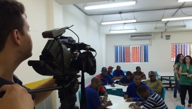 Aulas de português são dentro de companhia em Joinville (Foto: Cinthia Raash/RBS TV)