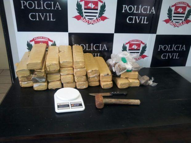 Policiais Civis encontraram drogas dentro de casa em Praia Grande (Foto: Divulgação / Polícia Civil)