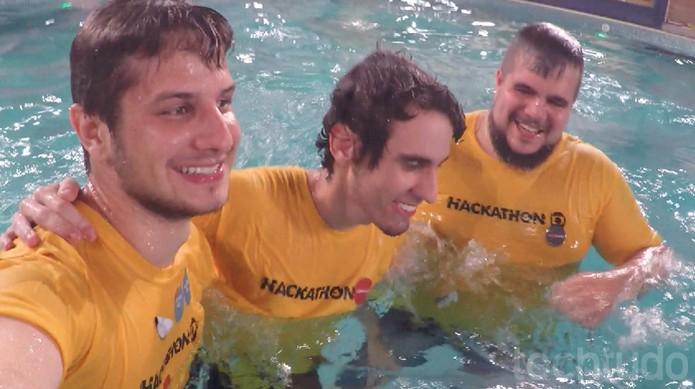 Participantes do Hackathon Globo 2016 pulam na piscina do Big Brother Brasil (Foto: Diego Borges / TechTudo)