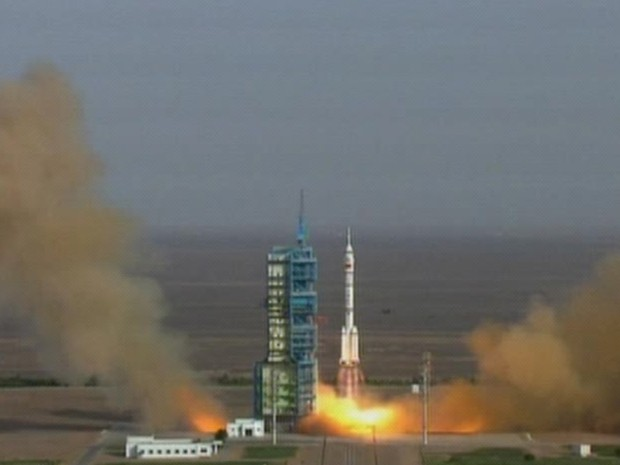 Imagem mostra momento exato do lançamento de nave espacial chinesa Shenzhou 9 neste sábado (16) (Foto: AP/China Central Television)