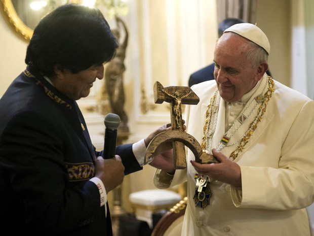 O presidente da Bolívia, Evo Morales, dá uma cruz em forma de martelo e foice de presente ao Papa Francisco em La Paz. A peça seria uma reprodução do objeto criado pelo jesuíta espanhol Espinal, morto em 1980 por paramilitares contrários às lutas sociais (Foto: Reuters/Osservatore Romano)