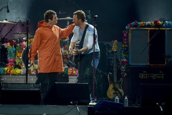 Liam Gallagher no show em homenagem às vítimas do ataque terrorista em Manchester ao lado de Chris Martin do Coldplay (Foto: Getty Images)