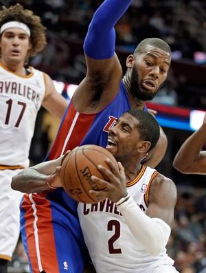 Anderson Varejão, Kyrie Irving e Greg Monroe Detroit Pistons x Cleveland Cavaliers (Foto: AP)