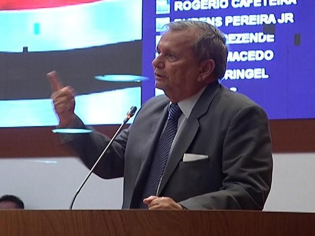 Deputado Manoel Ribeiro, que é a favor da resolução legislativa, durante pronunciamento na tribuna (Foto: Reprodução/TV Mirante)