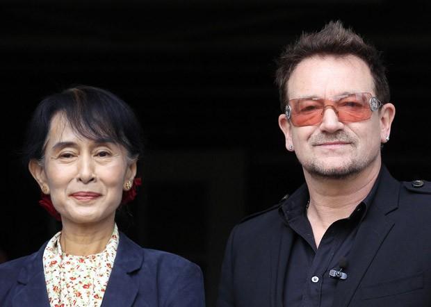 A líder oposicionista Aung San Suu Kyi posa ao lado de Bono Voz nesta segunda-feira (18) em Oslo, na Noruega (Foto: AFP)