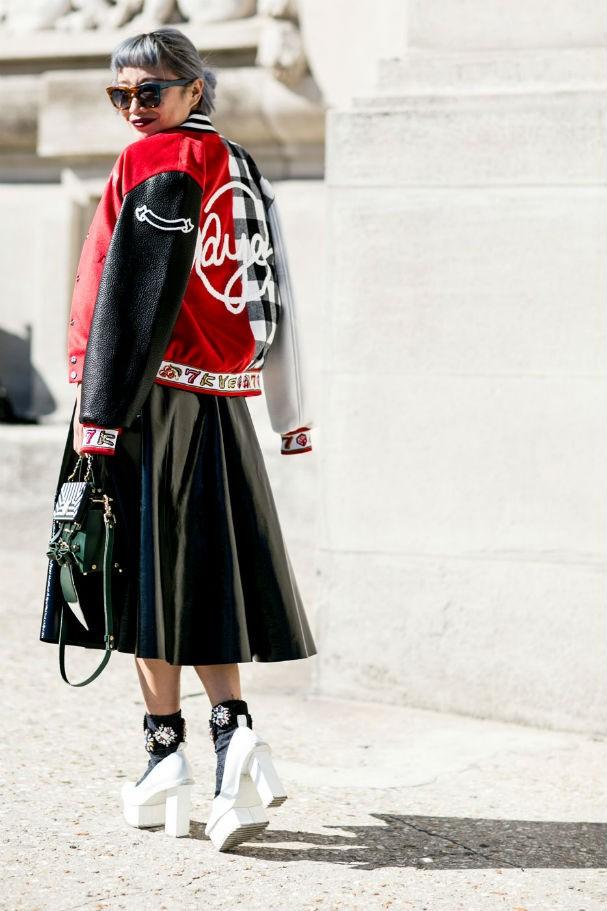 A jaqueta fica uma graça com saia rodada, não? (Foto: Imaxtree)