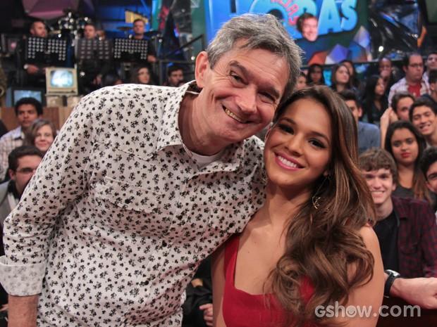 Bruna posa para fotos com o apresentador Serginho Groisman (Foto: TV Globo/Altas Horas)