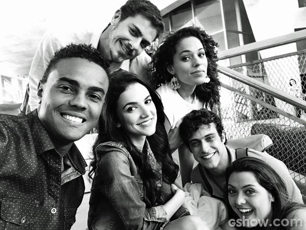 Jorge de Sá esticou o braço para fazer uma selfie com Sacha Bali, Manu Gavassi, Roberta Almeida, Ronny Kriwat e Polliana Aleixo (Foto: Arquivo Pessoal)