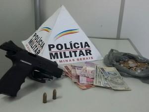 Arma, munição e dinheiro foram apreendidos (Foto: PM/Divulgação)
