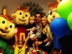 Com namorado, Danielle Winits posta foto do aniversário do filho