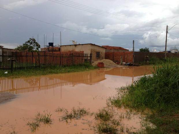 Rua Pastoreiro, esquina com Rua Itatiaia, na Zona Leste de Porto Velho, se transformou em lagoa após forte chuva (Foto: Ivanete Damasceno/G1)