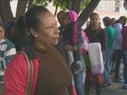 Candidatos dormem na fila por vaga de faxineiro em escolas de Campinas