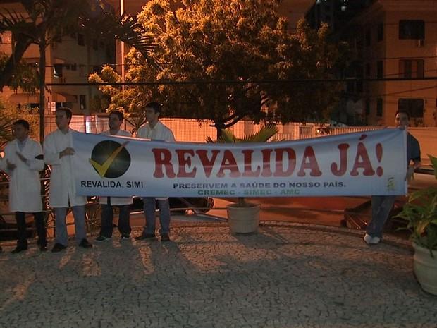 Médicos fazem protesto em solenidade de curso (Foto: TV Verdes Mares/Reprodução)