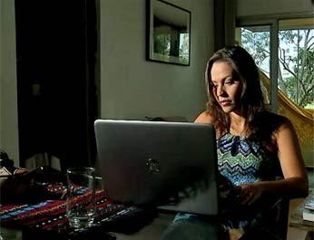 A ativista Nana Queiroz, que criou a campanha 'Eu não mereço ser estuprada', na casa dela, em Brasília (Foto: TV Globo/Reprodução)
