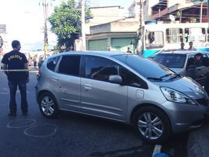 Hond Civic usado pelos bandidos ficou com marcas de bala (Foto: Priscilla Souza /  G1)