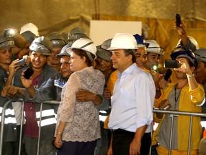 Presidente Dilma faz selfie com operários durante visita ao canteiro de obras do Metrô  (Foto: Carlos Magno/Governo do Estado )