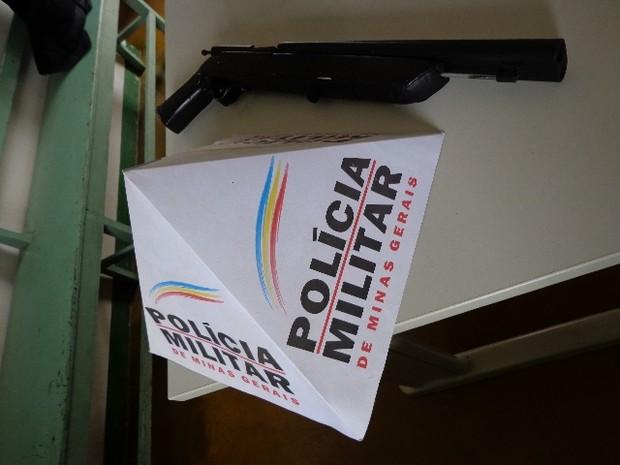 Escopeta de dois canos, de fabricação artesanal, estava escondida dentro de um armário. (Foto: Divulgação/PM)