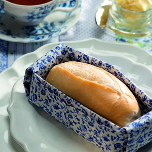 Com tecido mais estruturado, ele vira uma cestinha para o pão. Guardanapo Roupa de Mesa, pratos D. Filipa, xícara Tania Bulhões, jogo americano Valencien, faca Coisas da Doris (Foto: Iara Venanzi)