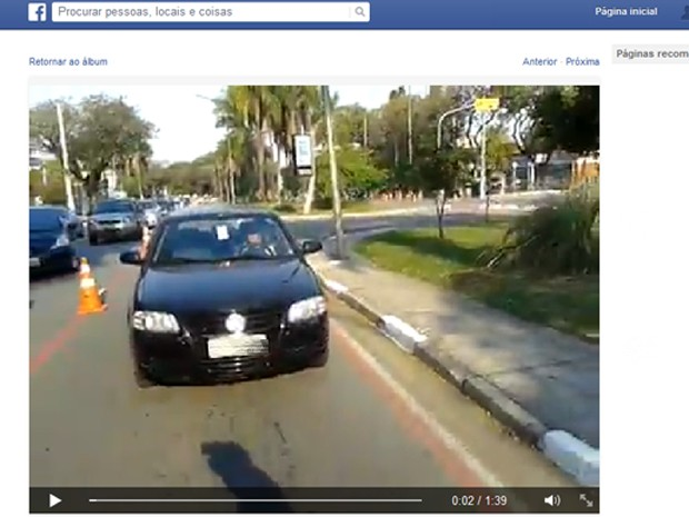 Motorista foi flagrada por ciclistas que utilizavam a faixa (Foto: Reprodução/Facebook)