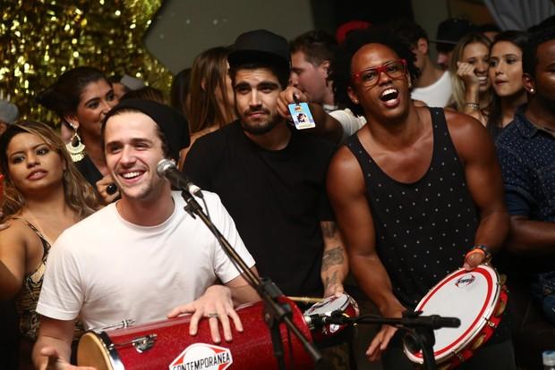 Caio Castro e Gil Coelho participam de roda de samba no Rio (Foto: Raphael Mesquita/ Divulgação)