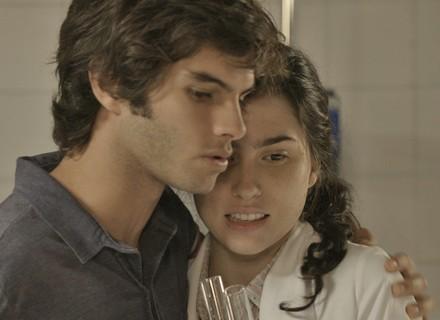 Fabinho abraça Débora e deixa menina sem graça