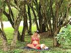 Karina Bacchi posa de biquíni e mostra o barrigão de grávida